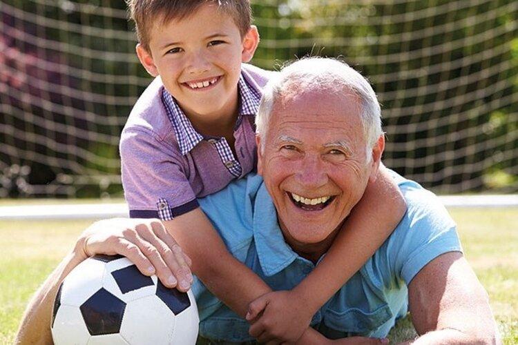 Opa- en Oma voetballen mee!