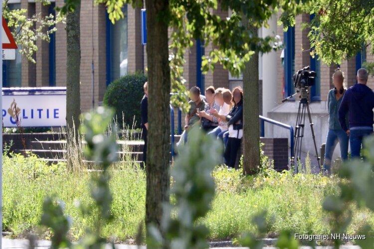 Boze ouders protesteren voor politiebureau Beverwijk na zoveelste mishandeling bij Pilotenbuurt