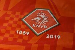 130 jaar voetbal - KNVB ruilt shirt met R.K.V.V. DEM