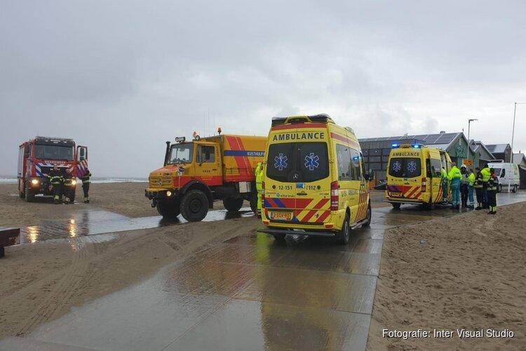 Surfer uit water gehaald door omstanders bij Wijk aan Zee