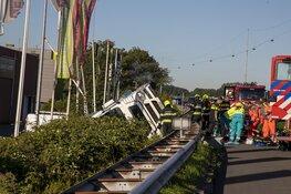 Vrachtwagen over de kop geslagen op A22 bij Beverwijk