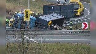 Truck met oud ijzer gekanteld op afrit Beverwijk-Oost
