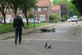 Snorscooter aangereden, brokstukken door hele straat