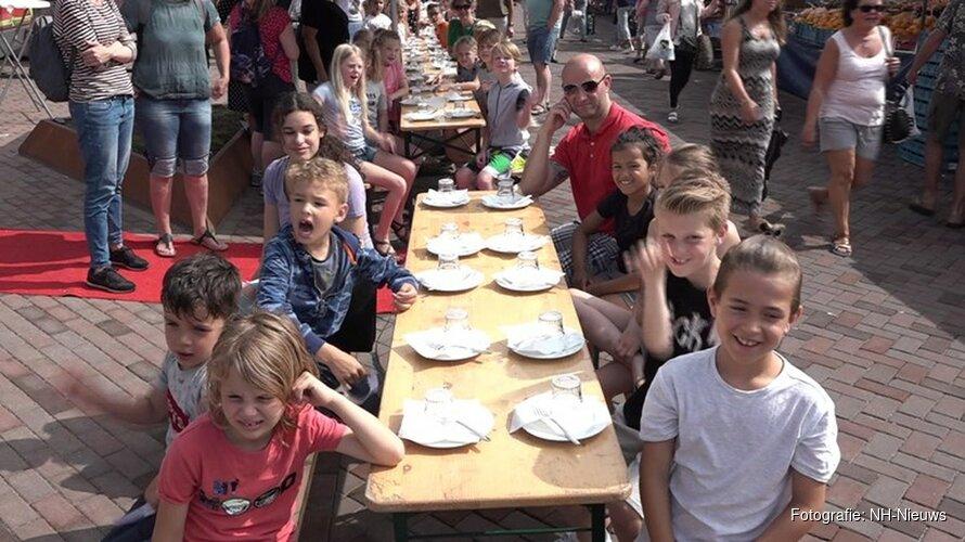 Kinderen doen gooi naar 'lunchend' wereldrecord op markt Beverwijk