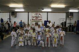 Bij sportschool van der Meij in Beverwijk zijn woensdag 13 juni karate examens afgenomen waarbij alle deelnemers zijn geslaagd .
