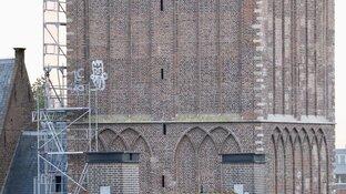 'Gevlekte' toren Beverwijk beklad met graffiti