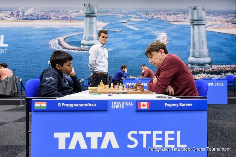 Wereldkampioen Carlsen toont veel aandacht voor jongste grootmeester Tata Steel