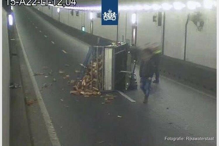 Velsertunnel weer open na ongeluk met aanhanger vol hout
