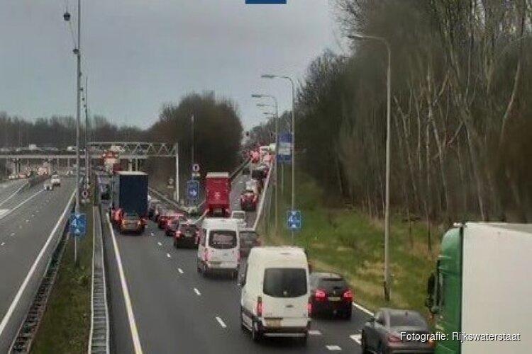 Ongeluk op A22 richting Velsen, rijstrook dicht